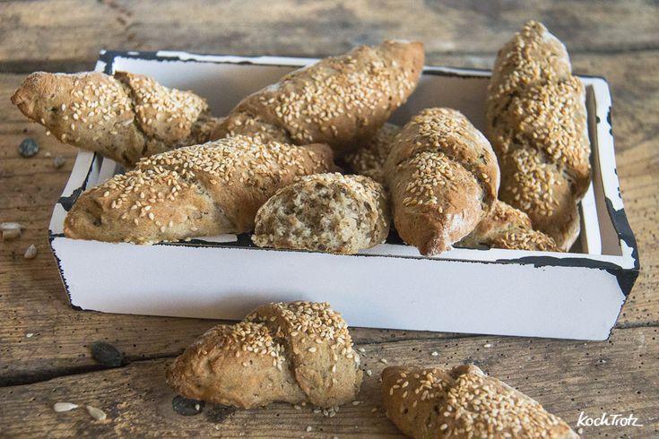 Kornspitz sind perfekt für das Wochenendfrühstück. Dieses Rezept ist glutenfrei, vegan und für Backanfänger geeignet. Sie schmecken lauwarm am besten.