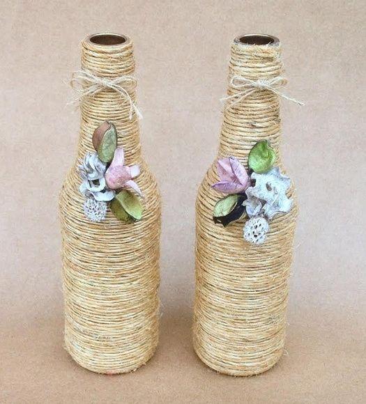 Duo de garrafas decoradas com sisal e flores de biscui  Peso e medidas referentes a uma unidade  Para calculo de frete, embalagem com ambas