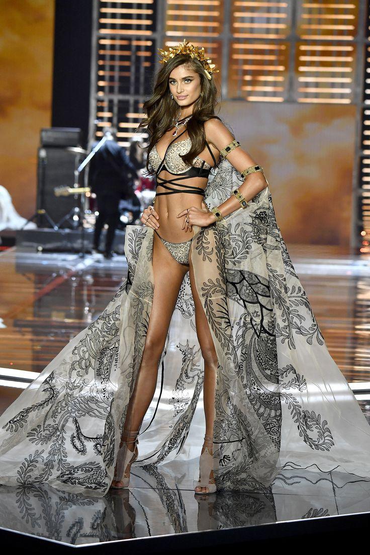 Taylor Hill - Victoria's Secret Fashion Show 2017