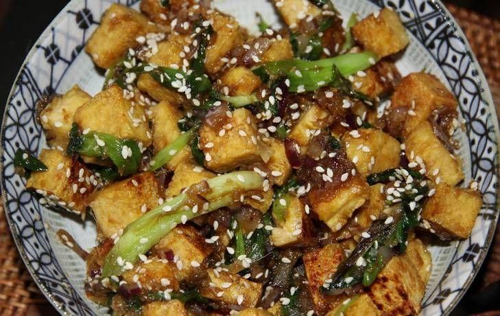 Заправляем баклажаны луком с соусом, посыпаем кунжутом. Баклажаны, жаренные в медовом соевом соусе готовы. Приятного аппетита!
