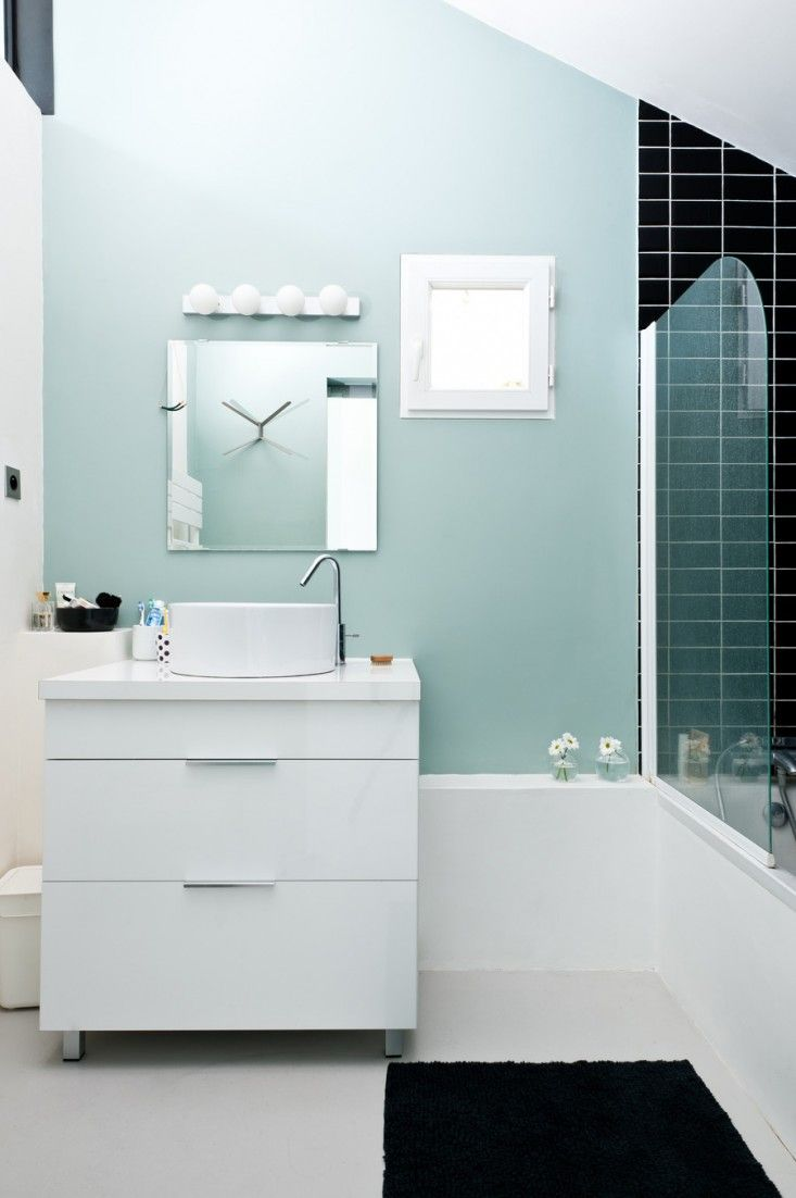 Caroline Gomez, Pastels and Colors in Bordeaux House, mint green walls and black tiled bathroom