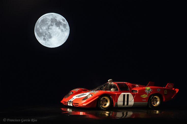 Aullando a la luna./ Howling At The Moon.  Música (abrir en nueva pestaña) / Music (Open link in new tab):  Milow - Howling At The Moon . (Please see English text below)Sony ILCE 5100 + Tamron Adaptall SP 90mm f / 2.5 Macro 52B de enfoque manual.Mi Ferrari 512 S Coda Lunga, que corrió las 24 horas de Le Mans en 1970, con su motor rugiendo bajo la luz de la luna, en una toma tal y como salió de la cámara. Desafortunadamente para mí, sólo es un modelo a escala 1/32 de slot, de la..