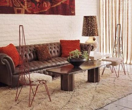 Love this rug.  And there's that white brick wall.
