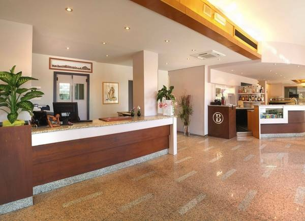 Hotel Bonotto - Desenzano del Garda ... Garda Lake, Lago di Garda, Gardasee, Lake Garda, Lac de Garde, Gardameer, Gardasøen, Jezioro Garda, Gardské Jezero, אגם גארדה, Озеро Гарда ... Welcome to Hotel Bonotto Desenzano del Garda, In the heart of Desenzano, 2 minutes walk from the shores of Lake Garda, Bonotto Hotel has been completely refurbished to offer modern air-conditioned rooms with LCD TVs and Wi-Fi. With a central location, close to Desenzano