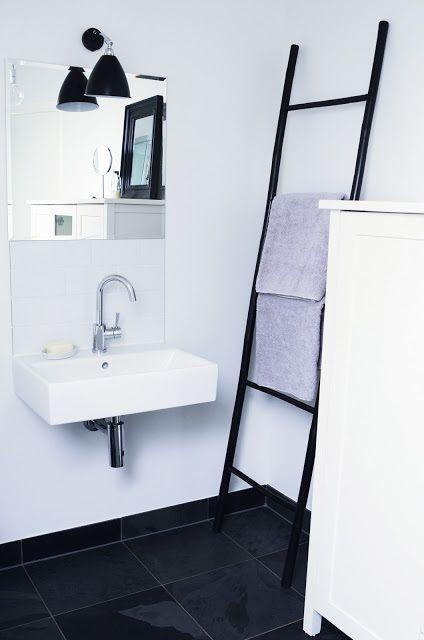 Un baño minimalista ideal. Nosotros le colocaríamos debajo del lavabo un mueblecito estrecho hasta el suelo, donde colocaríamos nuestros productos que necesitamos a mano en nuestro aseo diario.  Mira algunos de nuestros muebles de baño: www.mueblesbonitos.com