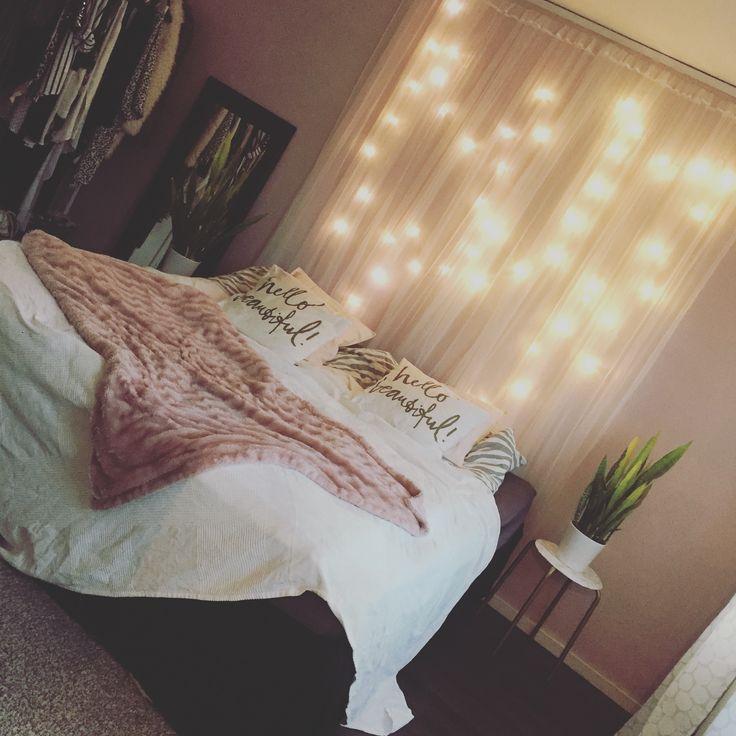 Sovrum. Sänggavel av ljusslinga och tunn genomskinlig gardin