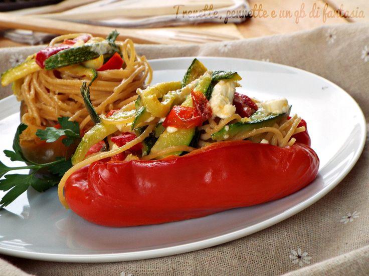 Oggi vi propongo un primo piatto leggero e sano, Peperoni ripieni con spaghetti integrali e verdure piatto ricco di sapore e gusto