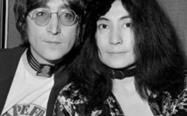 La moglie di John Lennon afferma che il marito fosse bisessuale Yoko Ono, la moglie del compianto John Lennon,ex dei beatles, afferma in una intervista che il marito fosse bisessuale #beatles #musica #lennon #bisex