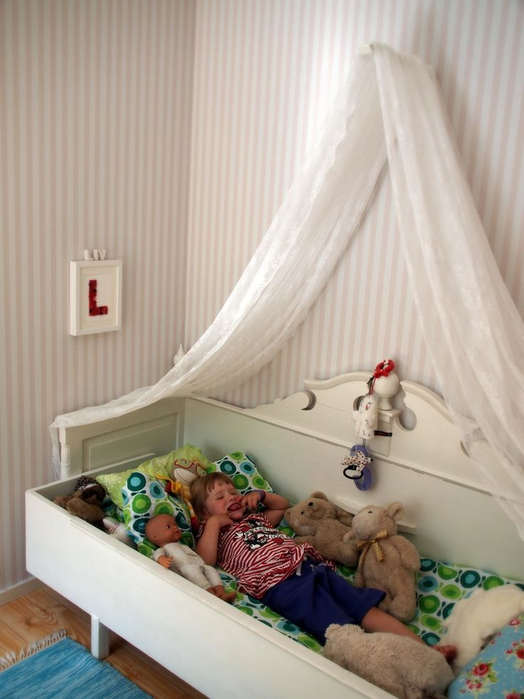 När storasyster fick sin säng piffad så fick jag ju inte glömma lillasyster. Över hennes säng har jag gjort en väldigt enkel sänghimmel. Jag har sytt ihop två spetsgardiner och hängt dem över en stor konsoll som jag borrat fast … Läs mer →