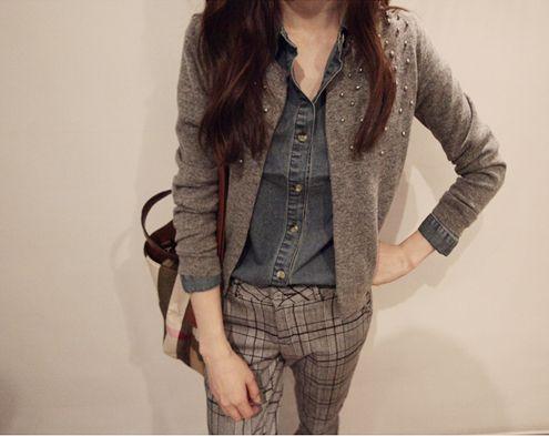 幅広くコーデ可能なグレー、ブラックの2色をご用意☆ ミラーボールを施し、女性らしいシルエットに仕上げました。 ウール混の暖かい素材で、なめらかな肌触り☆ ワンピース、シャツ、スラックスなど幅広いコーデと相性のいい1着☆ 冬にはコートとコーデすると暖かく過ごせます。 ◆2色: グレー/ブラック