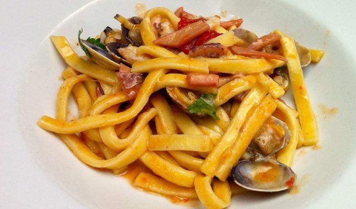 Ricetta tipica della zona di Amalfi, come si intuisce dal nome, gli scialatielli all'amalfitana sono un piatto a base di gamberi, vongole e cozze.