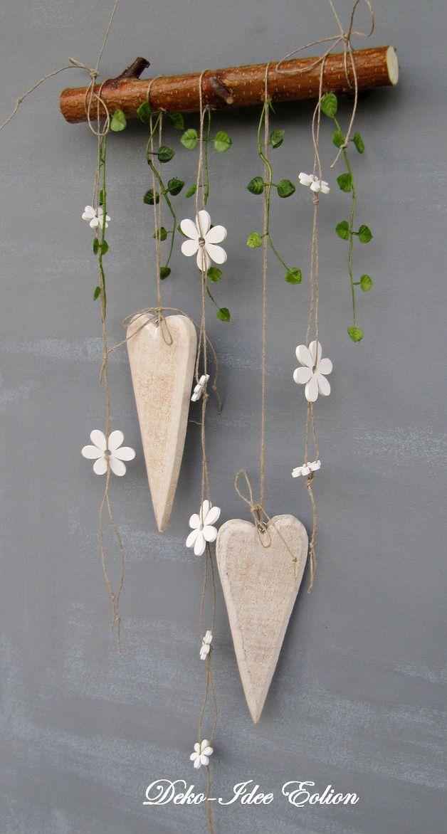 Fensterhänger mit Holzherzen und Holzblümchen ... Zwei schlanke Herzen, dazu weiße Holz-Blümchen und etwas künstl. Grün ... aufgehangen am Birkenast ...