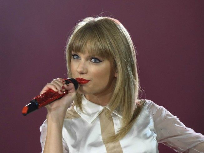Taylor Swift & Drake Dating: Rapper Showering Her With Gifts, Taylor Calling It Quits Before the Holidays [Rumors] - http://www.gackhollywood.com/2016/11/taylor-swift-drake-dating-rapper-showering-her-gifts-taylor-calling-it-quits-before-holidays/
