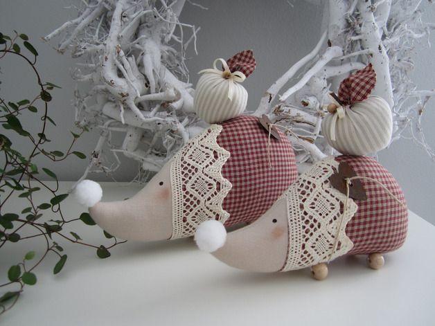 Deko-Objekte - Igel mit Apfel/Paar im Landhaus-Stil - ein Designerstück von Feinerlei bei DaWanda