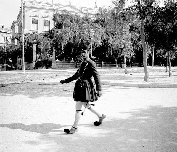 Εικόνες ανθρώπων από την Ελλάδα του χτες. Ο φακός απαθανατίζει, πρόσωπα και τοπία. Ο χρόνος περνάει, όμως οι στιγμές μένουν.    ...Άνδρας με φουστανέλα στο Σύνταγμα το 1903, στη συμβολή των Βασ. Σοφίας (τότε Κηφισίας) & Πανεπιστημίου.