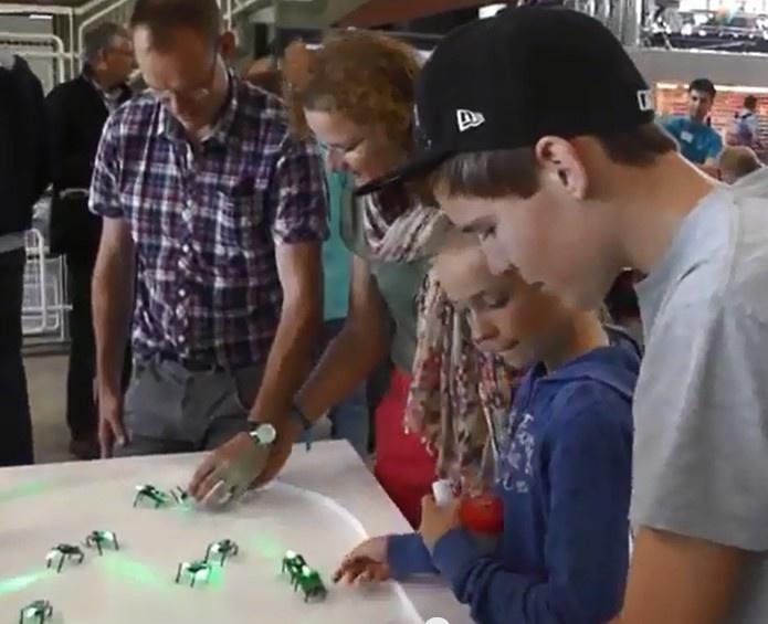 Workshop Bouw je eigen robot / momics / robotleger ! Op TU/experience - publieksdag 2013 TU/e. Kunnen robots denken of contact met elkaar zoeken? Het lijkt er wel op als je deze robots / momics ziet. Momics zijn kleine robotjes die elkaar volgen en in zwermen bewegen. In het Auditorium kon je leren hoe je een robot met gedrag bouwt.