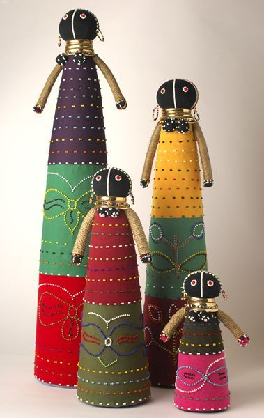 El Ndebele , que son la tribu más pequeña de Sudáfrica son conocidos en todo el mundo por sus murales únicos con motivos geométricos que decoran sus hogares.   Sus muñecas perlas bordadas, si ceremonial o puramente representativa, son igualmente notable. Al igual que en muchos países africanos, las muñecas son a menudo portadores del mensaje. Compromiso Muñecas: Estas muñecas son hechas por las madres a su hijo. Así que el joven a pedir a su novia de la unión hacia abajo antes de su puerta…