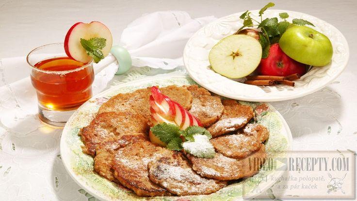 Snadný dezert, který můžeme podávat dle vlastní fantazie, kupříkladu se zakysanou smetanou nebo ochuceným tvarohem.