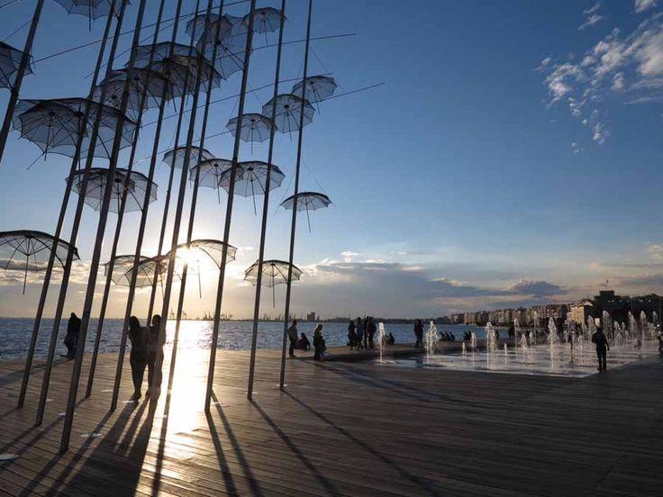 Παιχνίδι φωτός με τις ομπρέλες του Ζογγολόπουλου στην παραλία της Θεσσαλονίκης