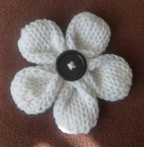Here is a sweet loom knit Five Petal Flower by Denice Johnson. Free pattern for super-sweet Five Petal Flower with button accent has got everyone excited!