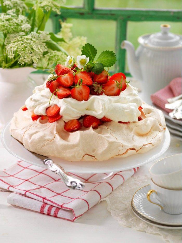 Pavlova med jordgubbar - sommarens godaste tårta!