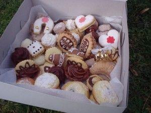 Cukroví - recepty na:  Ořechy, Košíčky, Rafaelo, Máslové rohlíčky, Vanilkové rohlíčky, Trubičky, Ořechové kopečky, Masarykovo cukroví, Oříškové pracny, Linecké cukroví, Kokosové koule - nepečené, Kakaové obdélníčky, Nutella medailonky  a  Pařížské rohlíčky.
