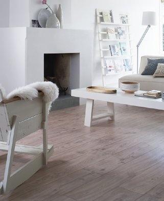 Witte haard met strakke schouw voor decoraties, pvc vloer