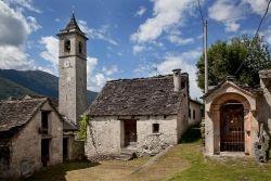 I paesi più interessanti sulla costa del lago Maggiore, in provincia di Varese, canton Ticino e valli del Piemonte raccontati con fotografie ed articoli originali