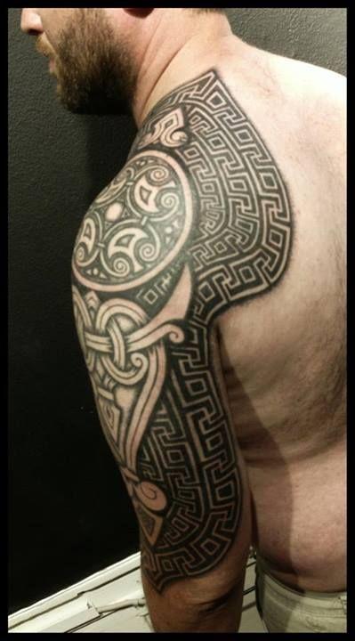 Manche et épaule couverte d'un tatouage viking dans 20 motifs de l'art du tatouage viking pour homme par le créateur danois Peter Walrus Madsen