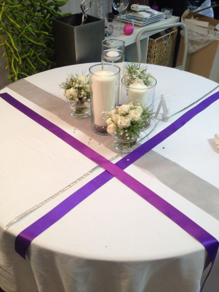 Décoration table mariage ruban violets gris, photophores tubes et bougies bouquets de roses blanches Wedding table purple, white ans grey
