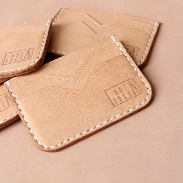 Detail: - Hand made - Kulit vegtan nabati - Warna natural dark brown - Memuat minimal 6 kartu dan kurang lebih 10 uang lembar dalam bentuk lipatan - 1 Slot utama dan 3 slot kecil - Hand burnish finishing