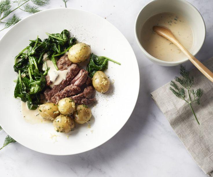 Per questo appetitoso piatto di comfort food ci siamo ispirati alla cucina scandinava: gustose fette di agnello con spinaci morbidi, patatine novelle all'aneto e limone e una deliziosa salsa cremosa. Sarà una vera festa per il vostro palato! Godetevelo!
