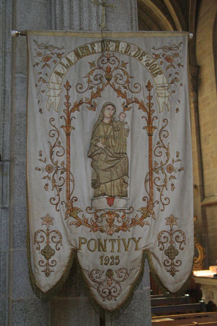 AURAY, Morbihan, Bretagne (France) : Bannière de la paroisse de Pontivy, dédiée à Sainte Anne, mère de la Vierge. Elle est visible encore aujourd'hui dans la basilique  Sainte-Anne d'Auray