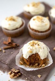 Het recept voor die PERFECTE heerlijke, kruidige carrot cake muffins die natuurlijk voorzien zijn van een lekker laagje frosting en wat kruimels van walnoten.