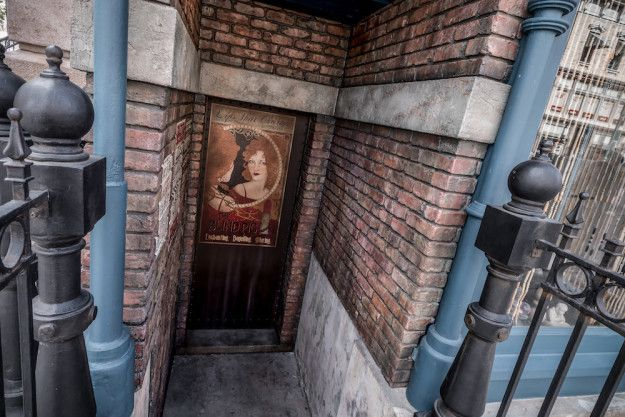 In one of the alleys of the New York area of Universal, you'll see a poster for The Blind Pig, which is the speakeasy in Fantastic Beasts and Where to Find Them. | 23 Hidden Gems At Universal Parks In Orlando