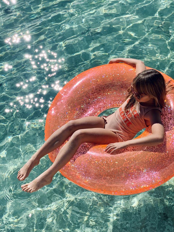 Cute Pool Floats, Seaside Shops, Sunnylife, Glitter Confetti, Beach Pool, Beach Fun, Summer Accessories, Summer Aesthetic, Quito