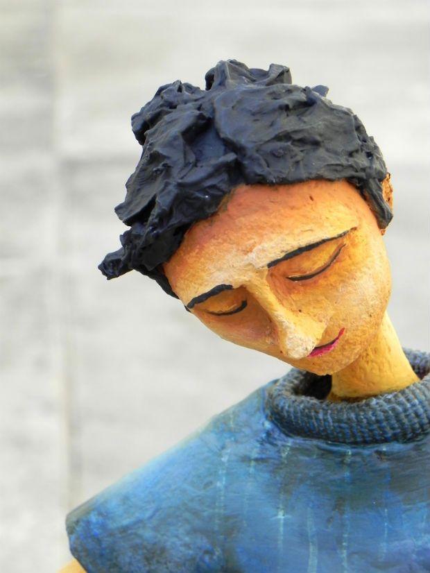 Alice Mantellatto, artista plástica e arte educadora, cria peças coloridas, delicadas em papel machê. São bonecos, ilustrações, acessórios. Veja…