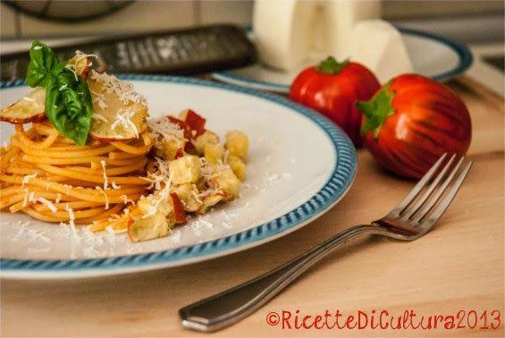 Spaghetti alla Norma, fuori norma | Ricette di CulturaLa ricetta: Pasta alla Norma (per 2 persone) 1 melanzana viola con la buccia (nel mio caso 3 melanzanine rosse di Rotonda) olio per friggere 3-4 pomodori pelati olio sale basilico spaghetti (più o meno abbondanti a vostro piacimento) ricotta salata (nel mio caso, cacio ricotta lucano)