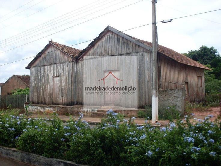 A madeira de demolição mais comercializada no mercado é a Peroba Rosa, matéria prima proveniente principalmente da região sul do país, onde sua utilização na construção de casas era feita em larga escala no início do século.