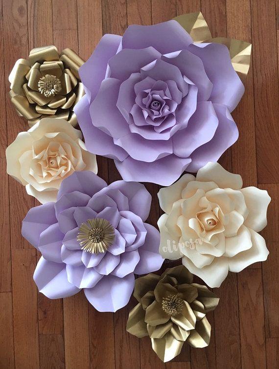 Tenga en cuenta: tiempo de producción es actualmente de 6 a 8 semanas desde la fecha de compra.  Flores de papel hecho a mano hermoso. Puede ser utilizado como telón de fondo para cualquier tipo de evento o como una pieza de instrucción en el hogar o boutique de venta por menor.  Este listado es para un conjunto de 6 flores de papel gigantes de tamaño mezclado que han sido mano corte.  Las flores vienen completamente ensamblados y uno al otro. Flores se pueden encolar, con cinta o tachuelas…