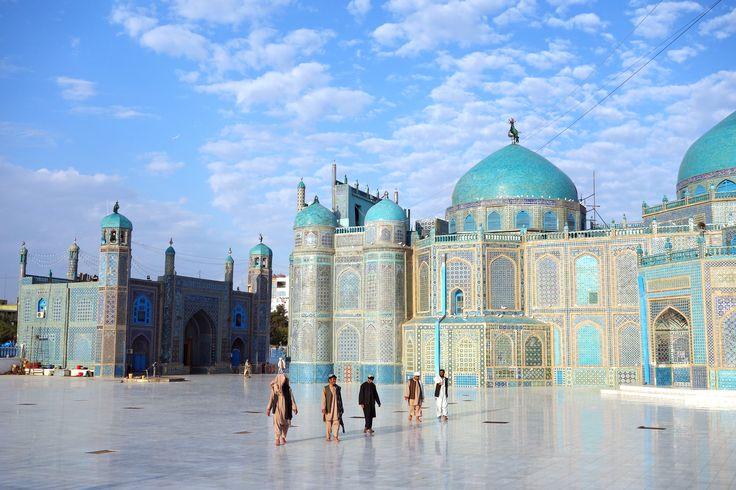"""Mazar-e Sarif (en persa: مزار شريف, Mazār-e Šarīf) es una ciudad de Afganistán ubicada en el norte del país. Mazar-e Sarif significa """"Noble Sepulcro"""", como referencia al gran santuario y mezquita de techo azul en el centro de la ciudad, donde algunos chiítas y suníes creen que fue enterrado Ali Ibn Abi Talib (ra), primo y yerno del profeta Muhammad (sws). Sin embargo los chiíes imamíes, y los historiadores, creen que el sitio de la tumba donde está enterrado Ali Ibn Abi Talib es en Nayaf…"""