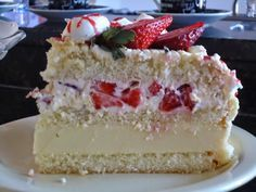 Receita do Bolo Alpes Suíços com Morangoou Bolo Alpino Branco com morango é uma mistura de vários sabores deliciosos! O resultado é um bolo fino, delicado