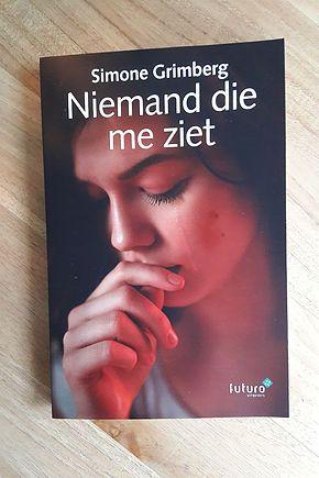 """Leuke blog van Eveline Broekhuizen: """"Vorige week presenteerde Simone Grimberg haar debuutthriller Niemand die me ziet. Anderhalf jaar geleden kwam Simone bij me met dit manuscript. Ik beoordeelde de eerste hoofdstukken en ging daarna aan de slag met de redactie van het gehele manuscript. Ook hielp ik haar met het aanschrijven van uitgevers. Dus het was een geweldig moment om nu eindelijk het echte boek in handen te hebben!"""" #niemanddiemeziet #simonegrimberg #evelinebroekhuizen…"""