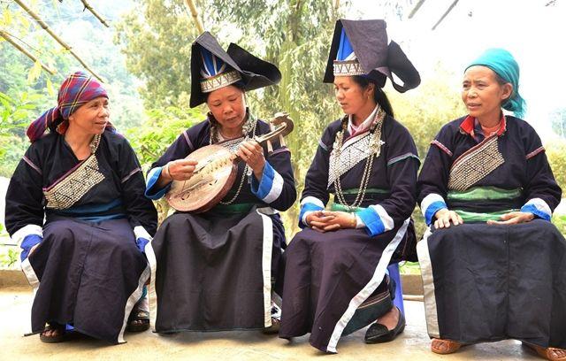 Le vêtement féminin des Pa Di n'est pas souple, long comme celui de l'ethnie minoritaire Kinh, ni paré de couleurs éclatantes comme celui des Hmong, mais il est facilement reconnaissable par son or…
