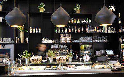 Am Tresen gibt es kleine Snacks wie Topinambur-Suppe für 7,20 Euro, aber auch Champagner, feine Obstbrände oder edle Whiskey-Sorten.