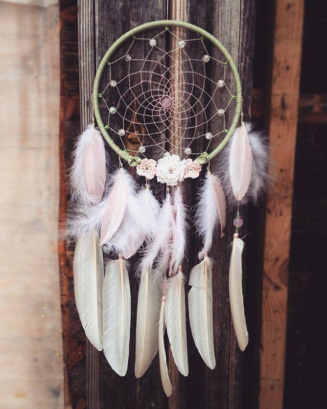 Для отчетности: • обруч - пяльца • хлопковое плетение • бусины - стекло, хрусталь, розовый кварц • вязаные хлопковой пряжей цветы • хлопковая лента • перья гусиные  #dreams#dreamcatcher#beads#handmade#princess#ethnic#ловецснов#принцесса#нежность#руснаяработа