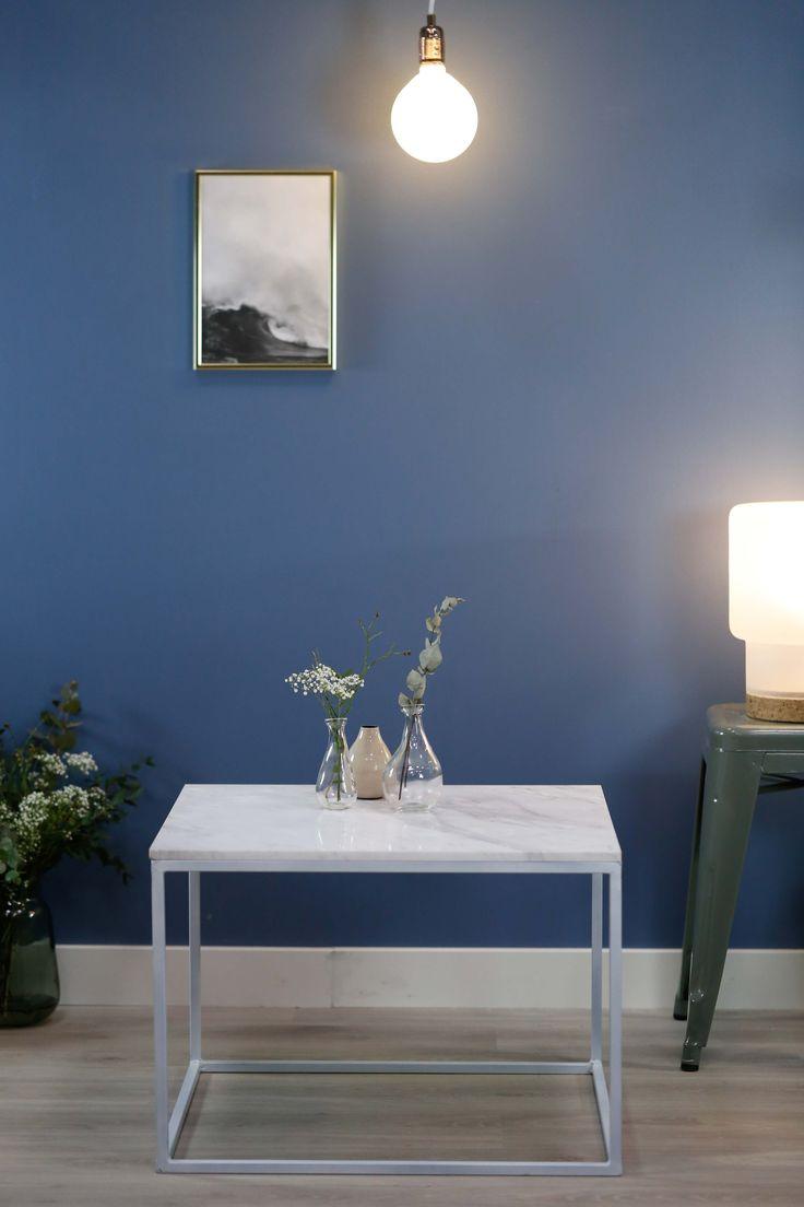 Marmorbord med hvit plate og hvit ramme.  Bredde: 60 Lengde: 60 cm Høyde: 41 cm