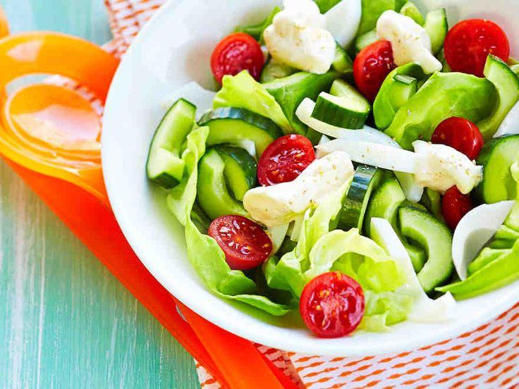 Tarjoile perinteinen mummon salaatti kermaisen salaattikastikkeen kanssa. http://www.yhteishyva.fi/ruoka-ja-reseptit/reseptit/mummon-salaatti/014165