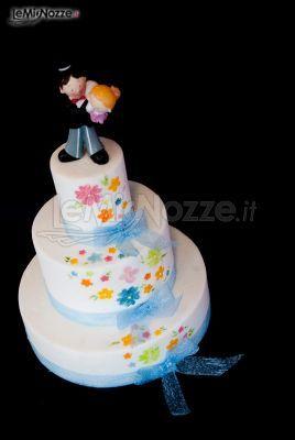 http://www.lemienozze.it/gallerie/torte-nuziali-foto/img32715.html Torta nuziale sui toni del blu con caketopper a forma di sposini