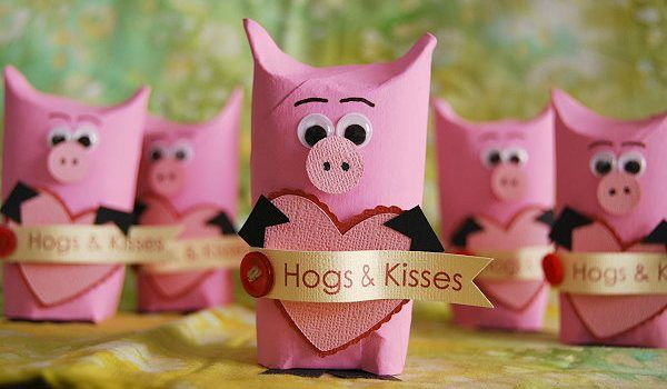 valentine's Day hogs & kisses- looks like a toilet paper tube